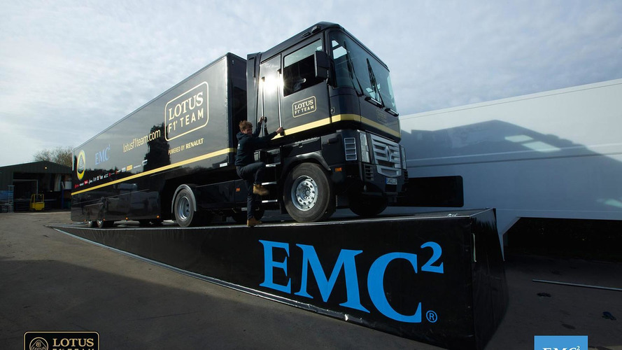 Renault truck jumps over Lotus F1 car and sets Guinness record [video]