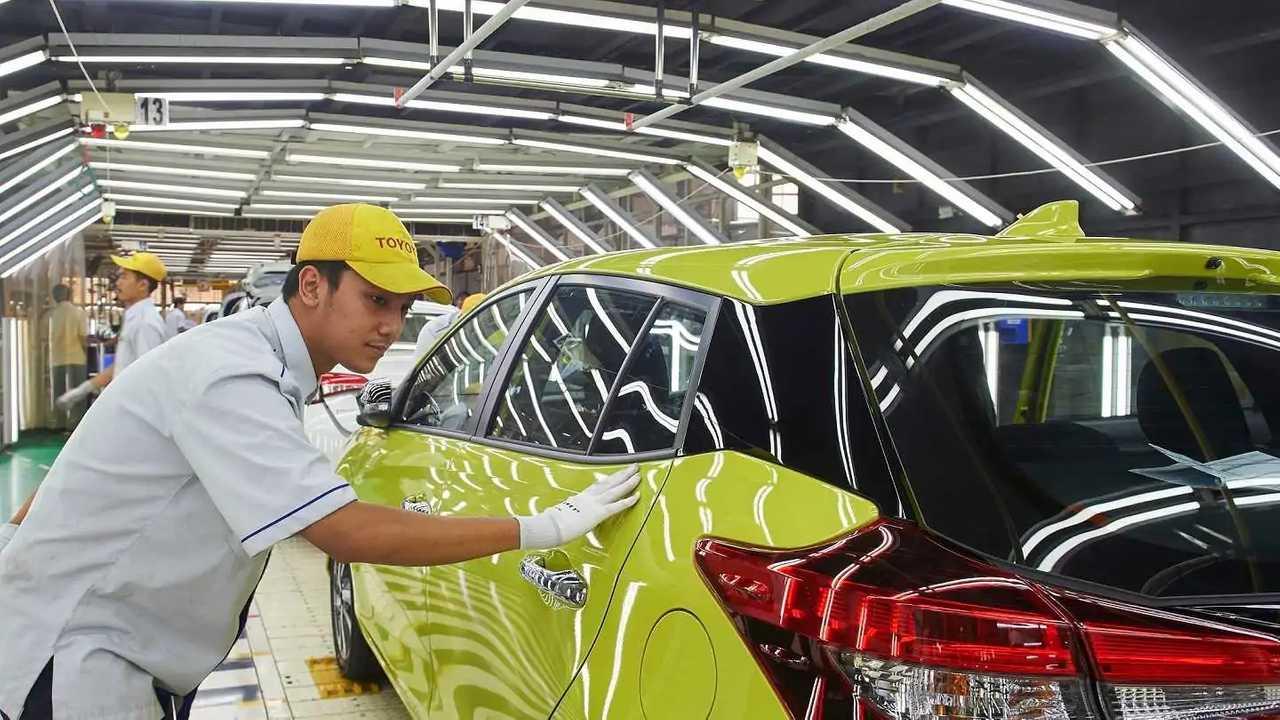 Pemeriksaan kualitas produk di pabrik Toyota