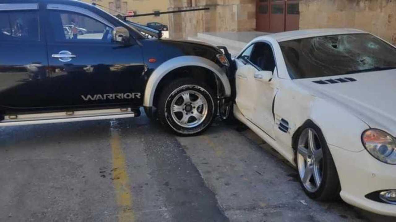 Rendőr összetöri a Mercedes SL-t
