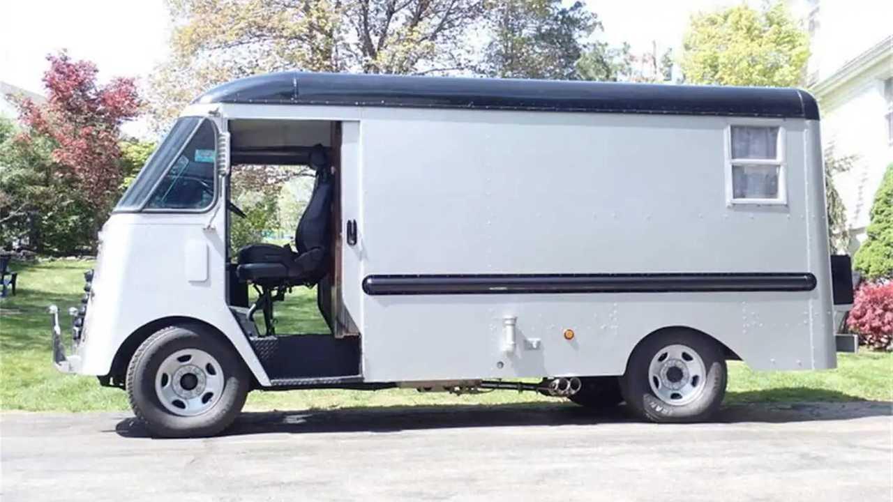 Старый фургон из службы доставки в новом прочтении