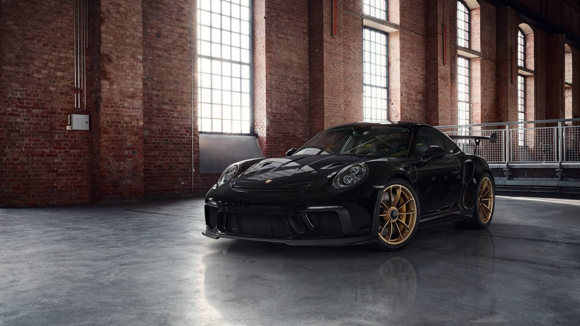 Porsche 911 GT3 RS Looks The Part With Factory Gold-Painted