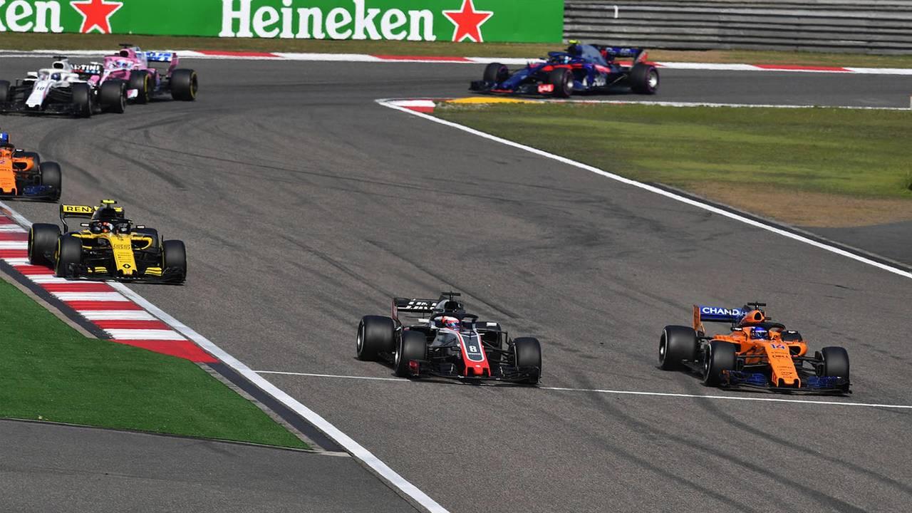 Romain Grosjean, Haas F1 Team VF-18 y Fernando Alonso, McLaren MCL33 batalla
