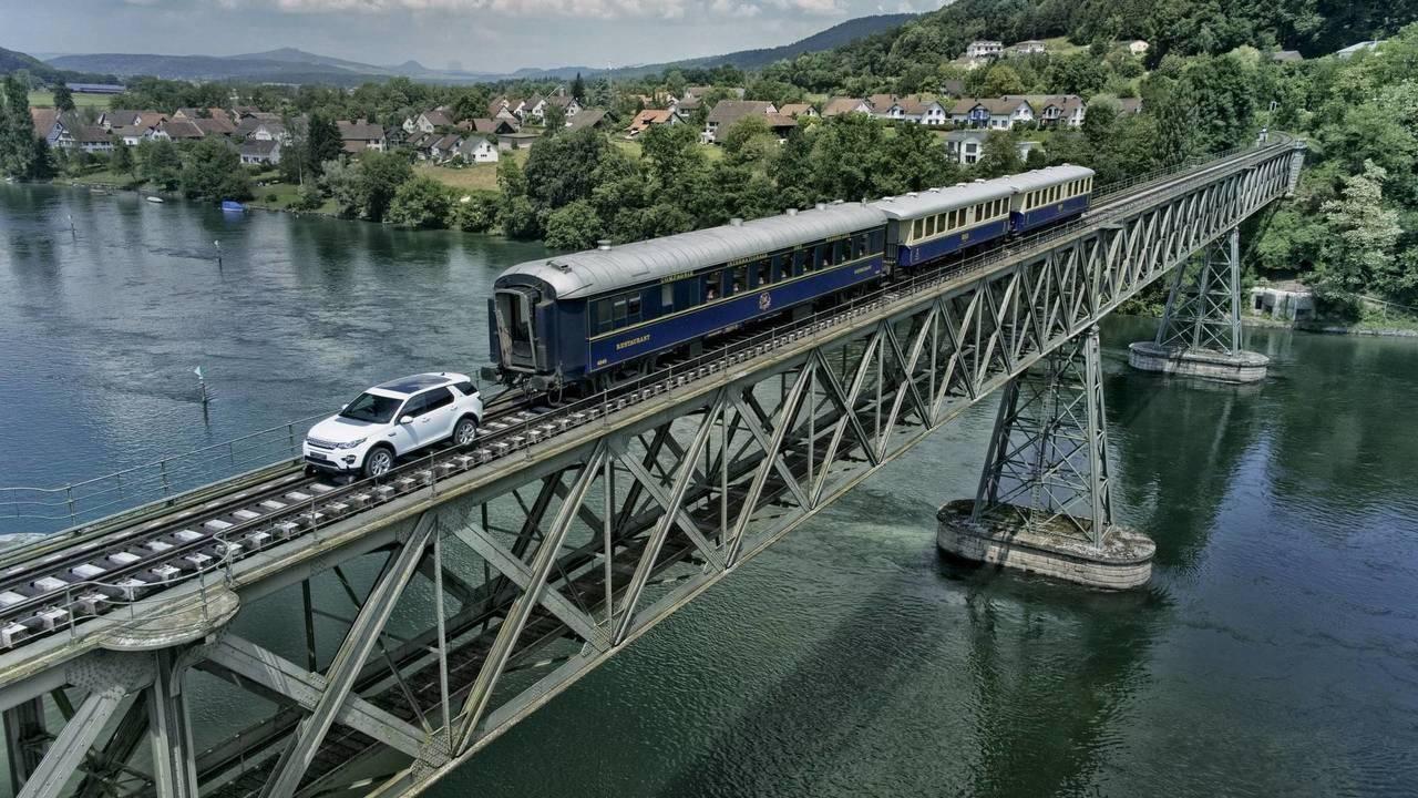 Un Land Rover Discovery Sport tracte un train de 100 tonnes