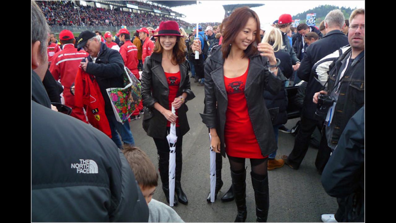 Auch aus dem fernen Ausland sind die Mädels zum größten Autorennen der Welt angereist