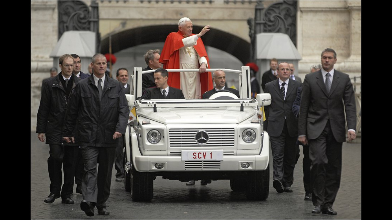 Der heutige Papst im Papamobil auf Basis des Mercedes G 500. Das Fahrzeug hat eine umklappbare Frontscheibe und Haltebügel, die Farbe heißt
