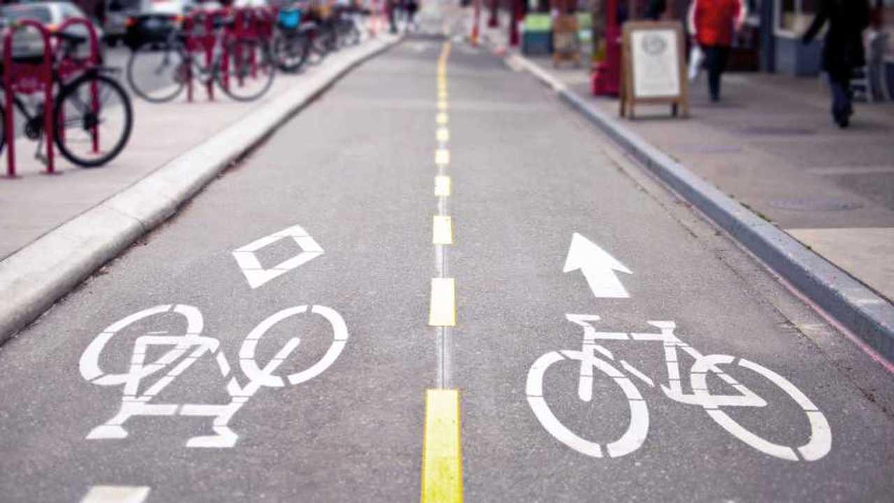 Una pista ciclabile a due corsie