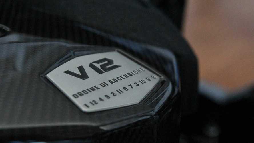 Que représente la série de chiffres inscrite sur les Lamborghini ?