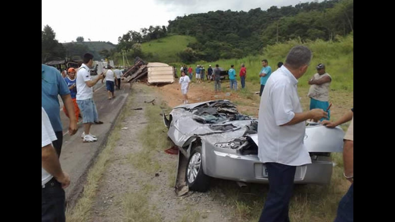 """Astra vira """"pastel"""" em acidente - Carreta tombou em cima"""