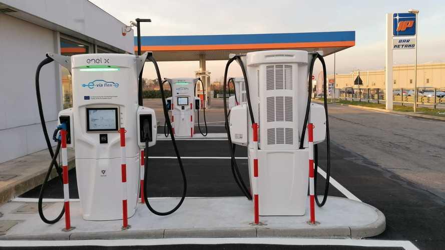 Colonnine di ricarica ultra-fast nei benzinai: accordo tra Enel X e IP