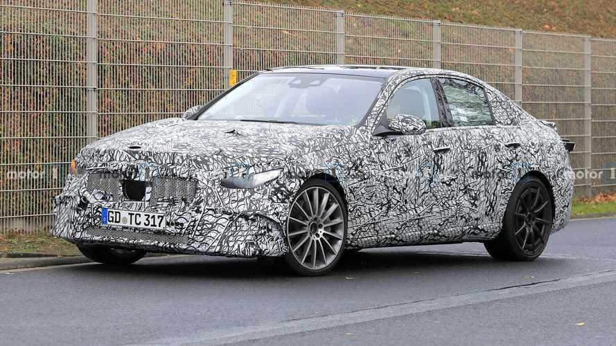 Mercedes-AMG C53, dört çıkışlı egzozu ile dikkat çekiyor