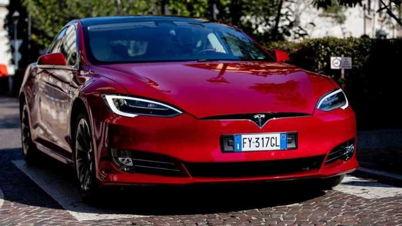Tesla Model S P100D merupakan mobil listrik termahal di Indonesia dengan harga Rp4,4 miliar.
