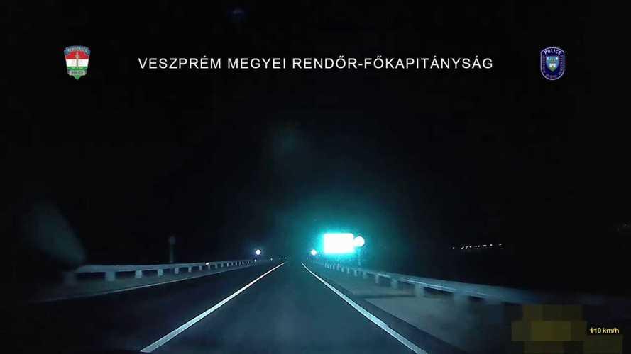 Ez nem 90 km/h: Videón, ahogy egy autós átrepül egy körforgalmon