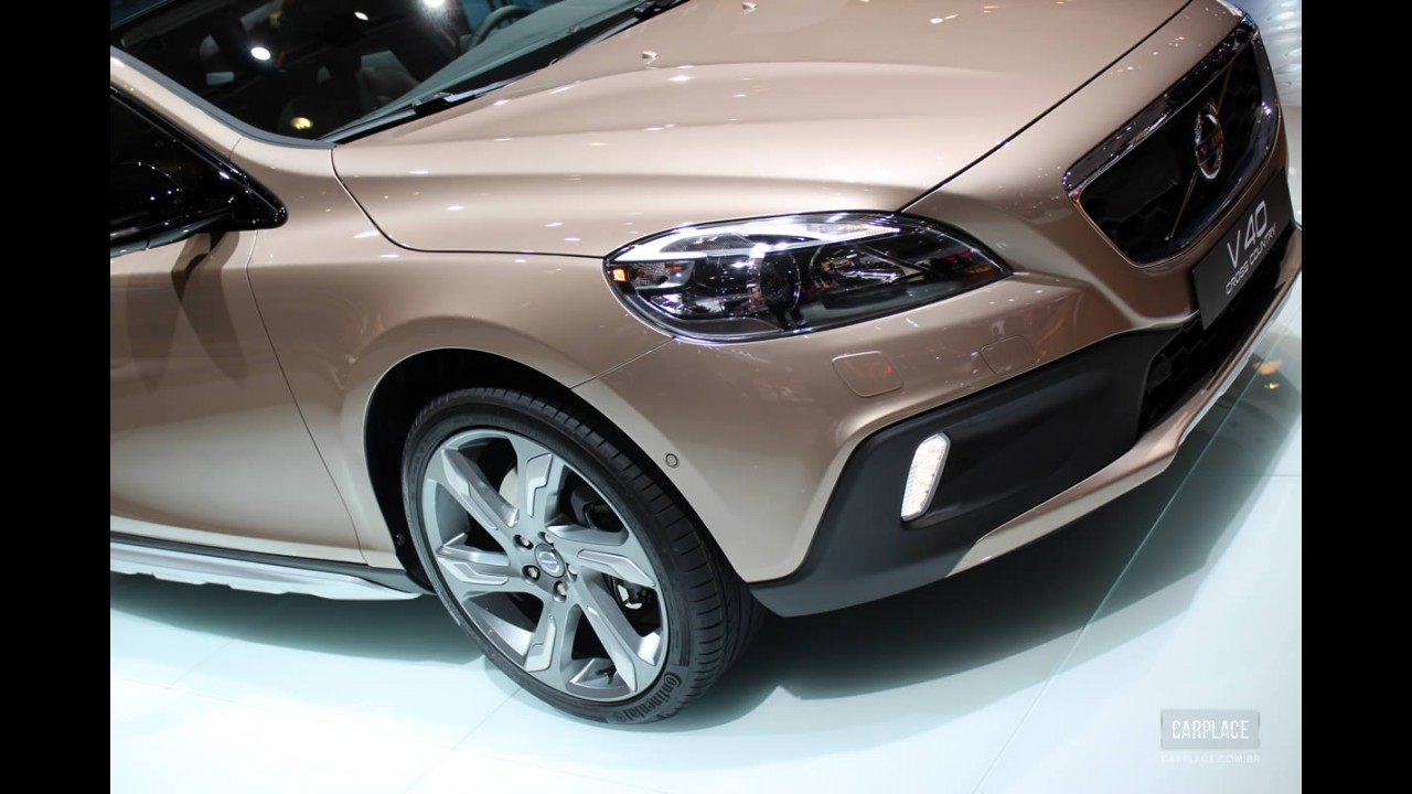 Salão de Paris: O aventureiro Volvo V40 Cross Country é apresentado oficialmente