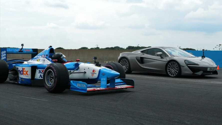 McLaren 570GT против старого болида Формулы-1: кто быстрее?