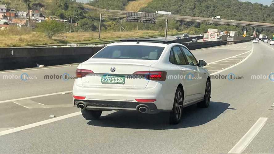 Flagra: VW Jetta GLI 2022 reestilizado já é testado no Brasil