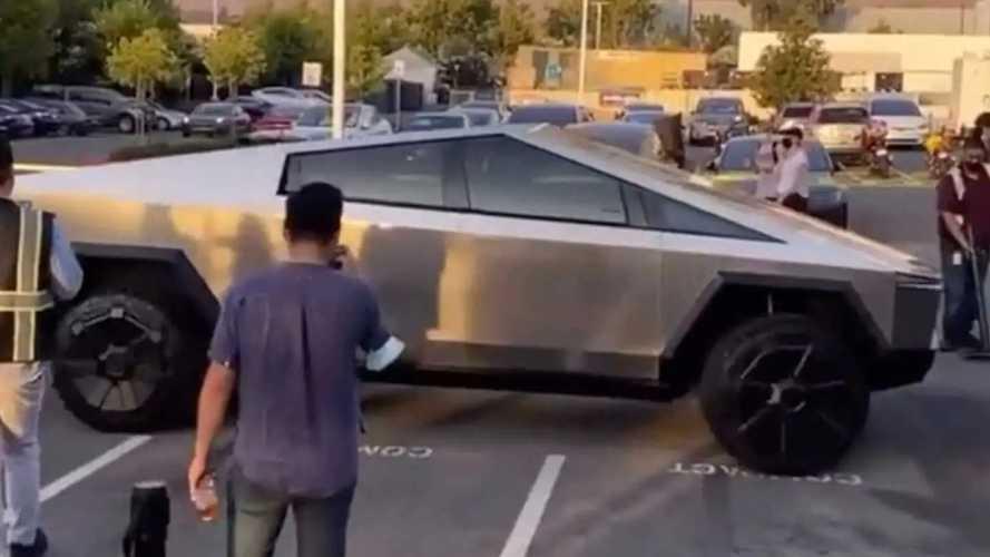 Le Tesla Cybertruck surpris sans poignées de portes