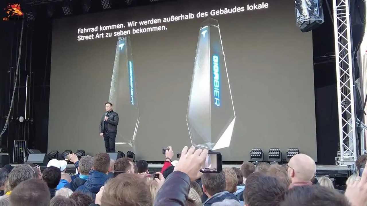 La presentazione della birra Tesla Gigabier durante la fiera in cui Elon Musk ha mostrato lo stabilimento tedesco