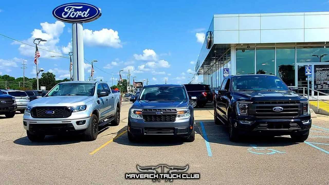 Ford Maverick diparkir dengan Ford F-150 dan Ford Ranger.