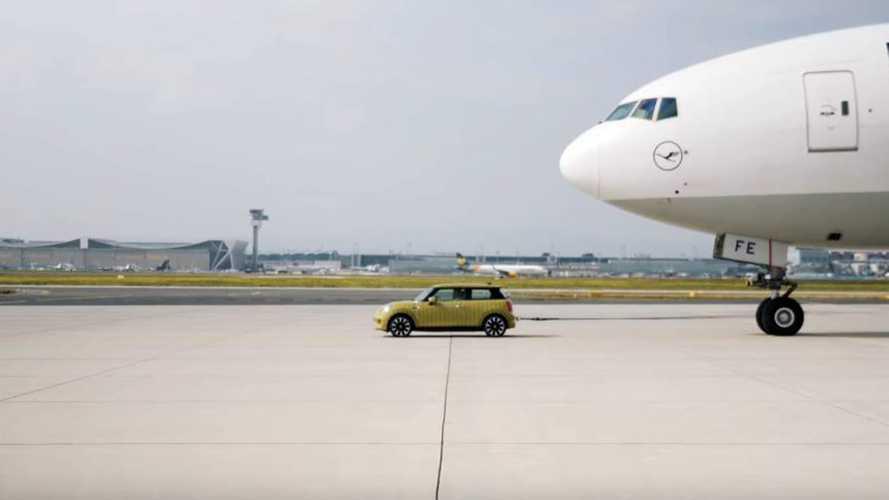 La Mini Cooper SE montre ses muscles en tractant un Boeing