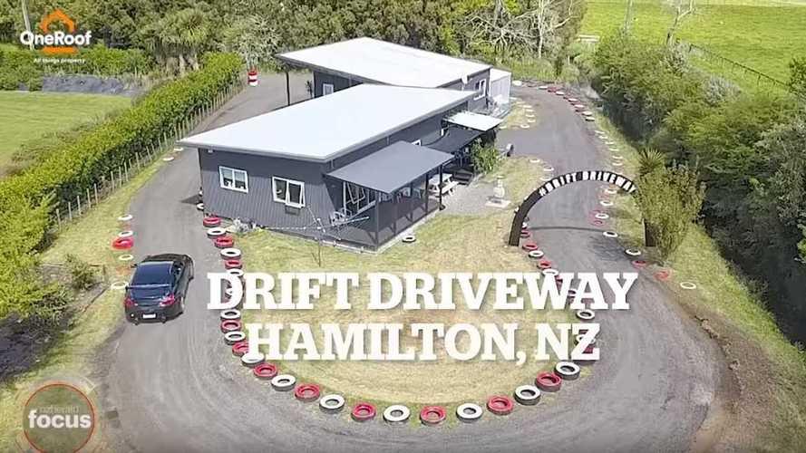 VIDÉO - Il construit une piste de drift... autour de sa maison