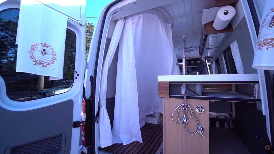 Un hombre de 60 años fabrica una autocaravana con una ducha gigante