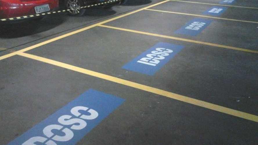 O que acontece com quem estaciona irregularmente em vagas de idosos?