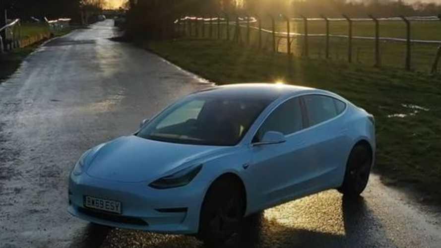 A Tesla alkalmazásával zártak be egy tolvajt a leállított Model 3-ba