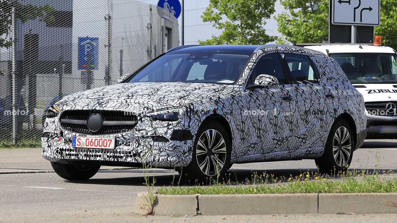 2021 Mercedes C-Class Estate spy photo front three-quarter view
