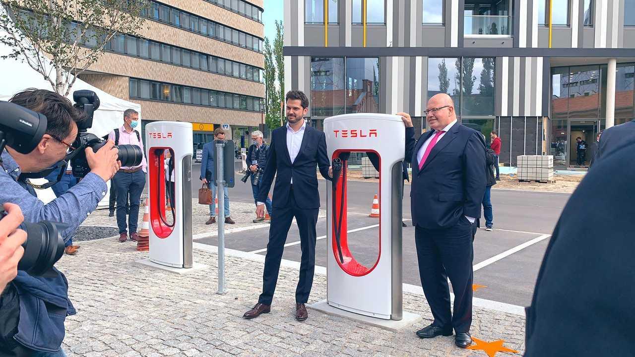 Tesla inaugura una stazione con Supercharger V3 in centro a berlino