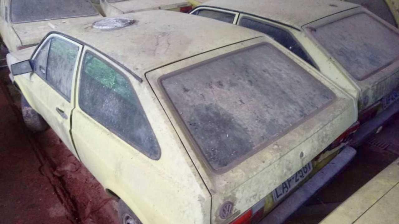 Antigo VW Gol usado com táxi abandonado no RJ