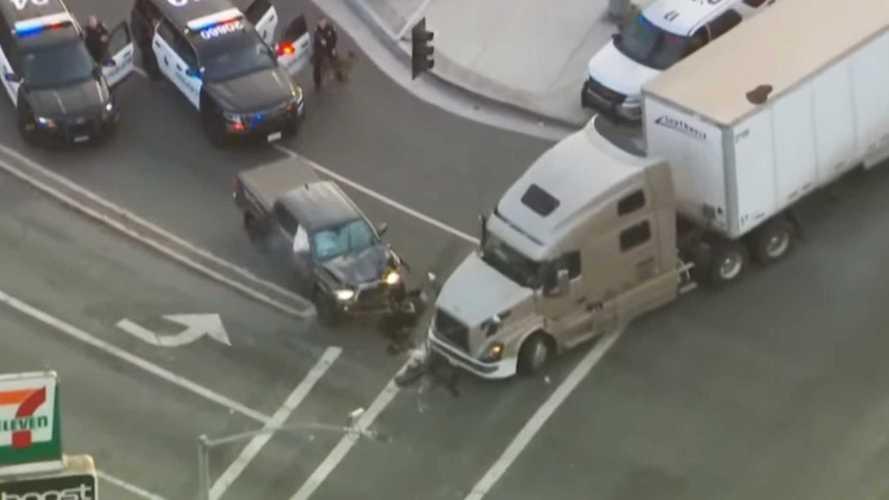 Посмотрите, как дальнобойщик протаранил машину, помогая полиции