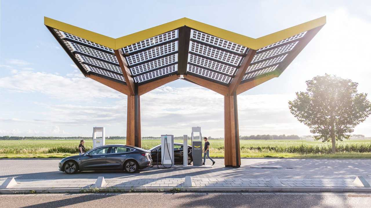 Fastned fast charging station