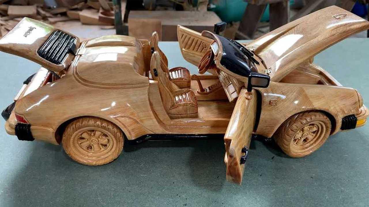 Replika Porsche 911 Speedster 1989 ini diukir dengan tangan dari sepotong kayu.