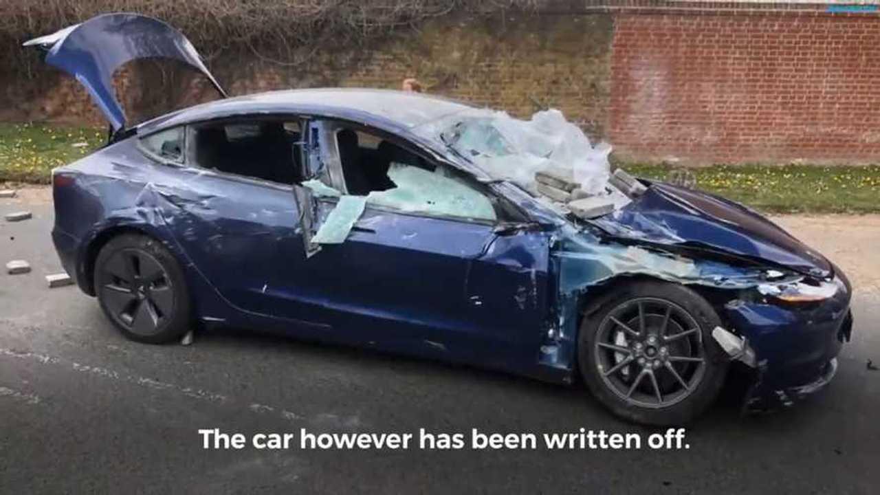 La Tesla Model 3 dopo essere stata schiacciata dai mattoni di cemento persi da un camion