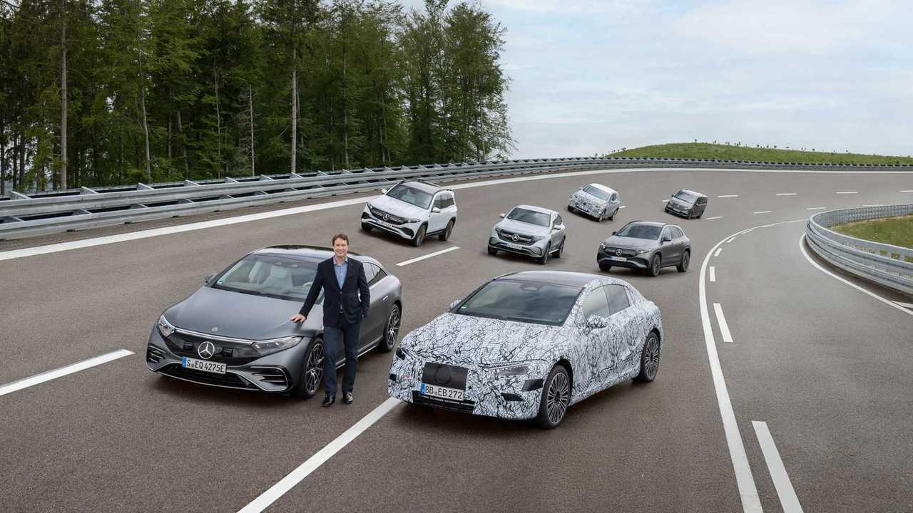 Daimler-Chef Ola Källenius mit Mercedes-Elektroautos
