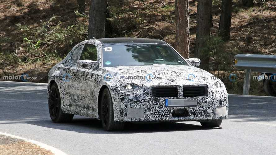 Nuova BMW M2, le foto spia rivelano griglia e scarichi