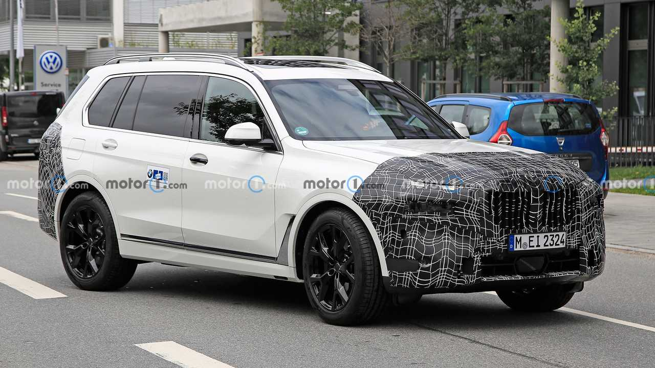 BMW X7 spied hiding refreshed exterior and interior