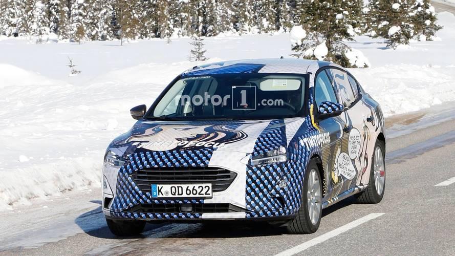 Yeni Ford Focus sedan ilginç kamuflajı ile yakalandı