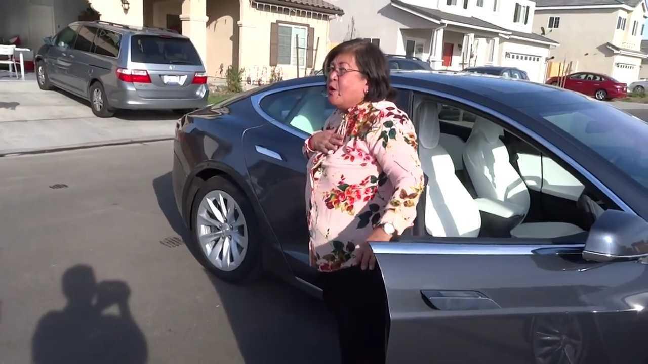 Grand-mère terrifiée sur le modèle Tesla apprend ce que Smart Summon fait à la dure