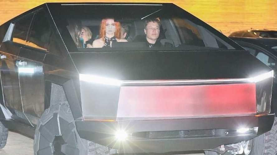 Elon Musk dà spettacolo a cena con il suo Tesla Cybertruck