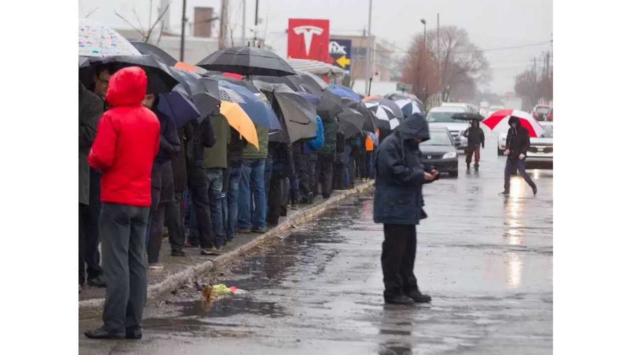 Over 200 In Line In Montreal In The Rain