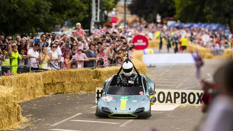 Temblad Autos Locos, ¡este Aston Martin viene a por vosotros!