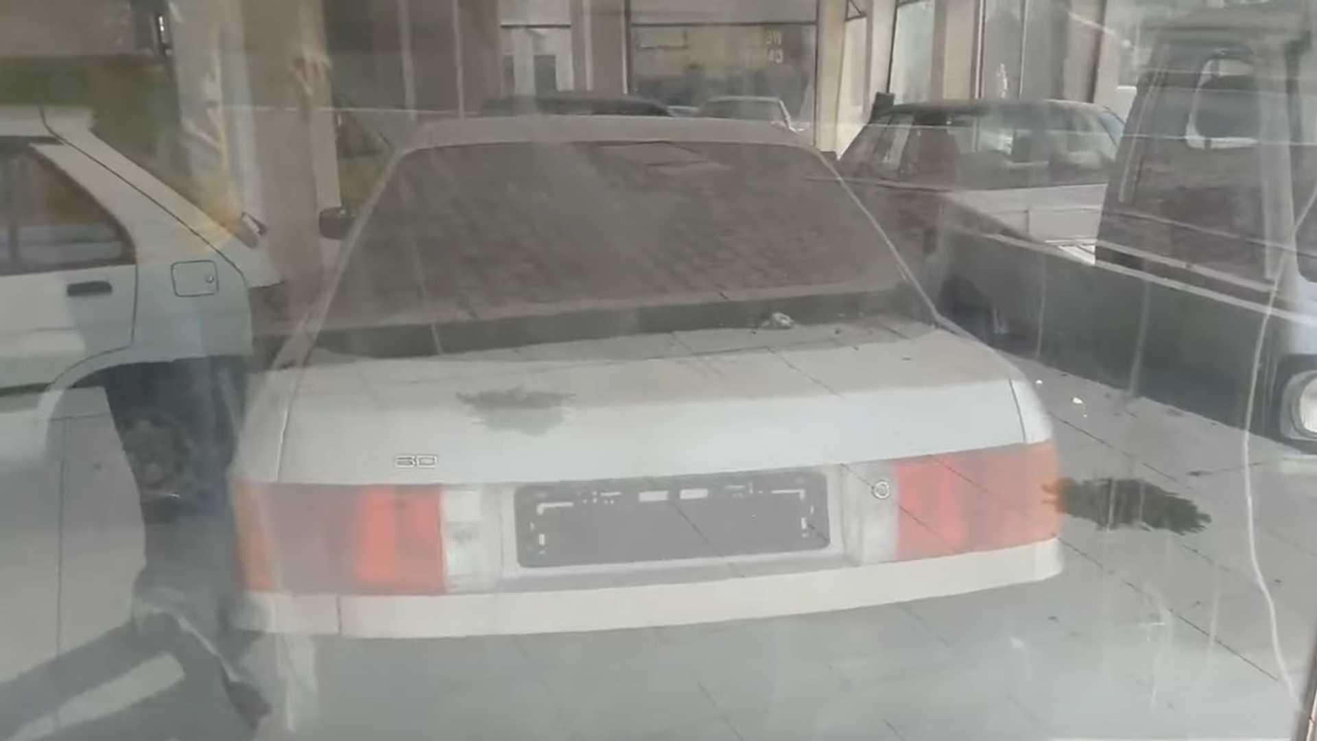 Une Audi 80 apparaît dans la concession Subaru abandonnée