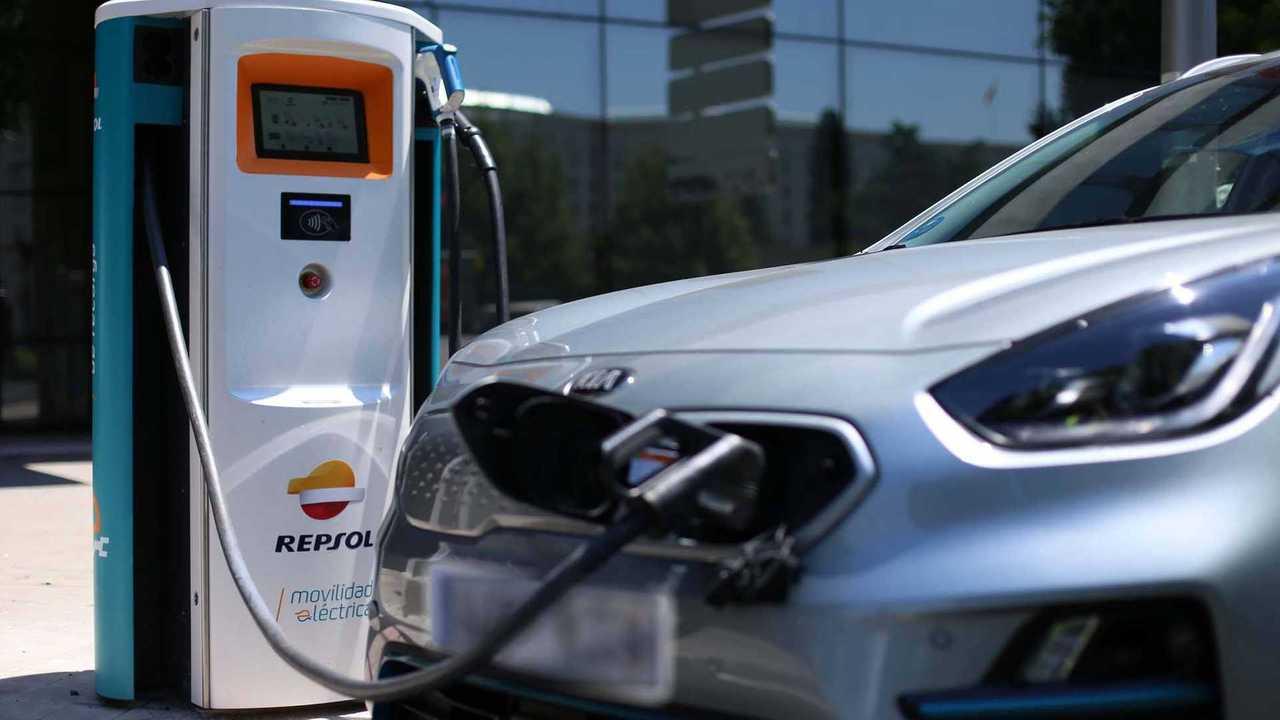 Kia Niro EV (e-Niro) at a Repsol charging point