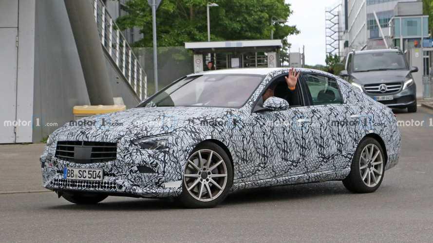 Novo Mercedes-Benz Classe C já veste menos camuflagem e terá estilo do Classe E