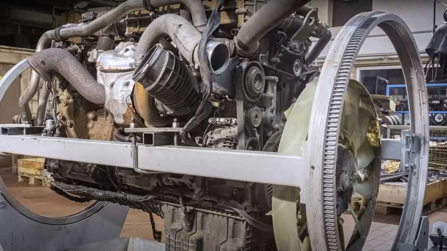 Regardez ce moteur de tracteur de semi-remorque se faire une jeunesse