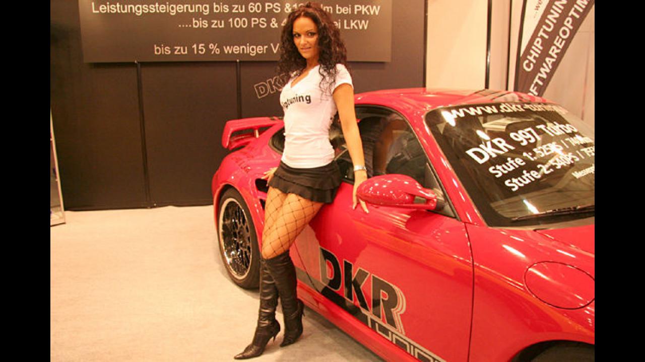 Ein roter Porsche ist immer noch ein Garant dafür, ein heißes Girl anzulocken