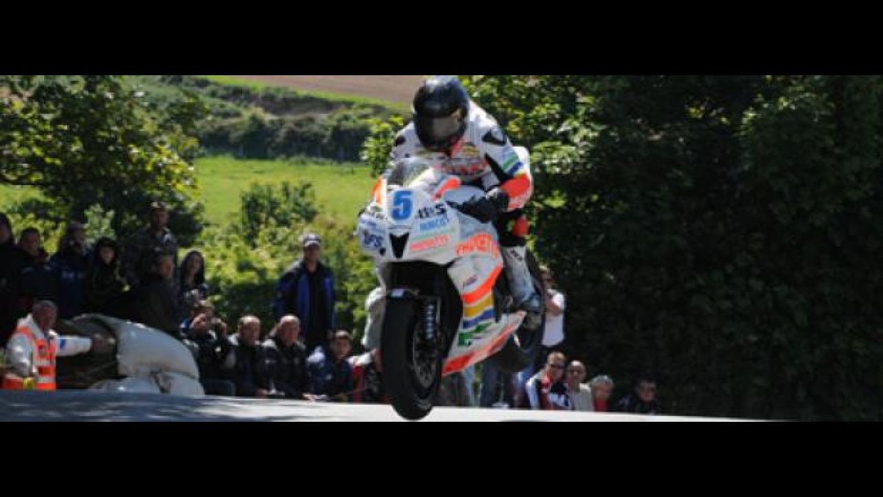 Tourist Trophy 2011: Anstey vince Gara 1 in Supersport