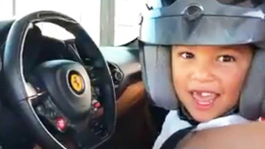 Video incredibile: bimbo guida la Ferrari con Leclerc coach