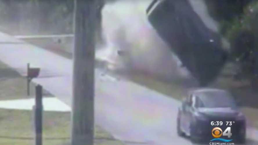 Rosszul sikerült illegális gyorsulás miatt repült levegőbe egy Lexus RX (videó)